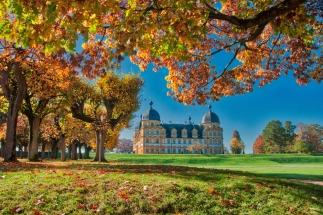 Herbstblätter und Schloss Seehof