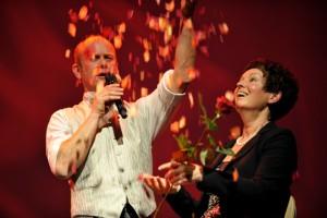 Oberton-Liebesgesang und einem Regen von Rosenblättern